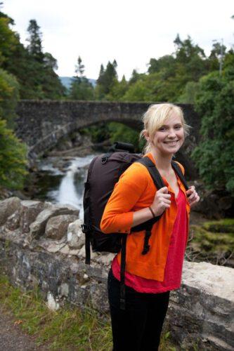 Kobieta z malym plecakiem podróżnym