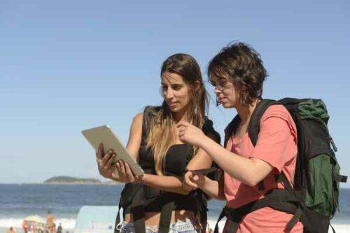 turyści przeglądający przewodnik