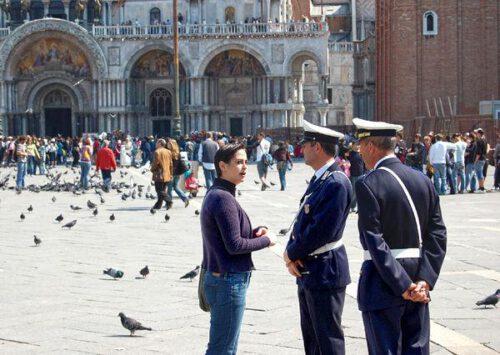 Rozmowa turystki z policją