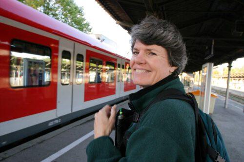kobieta na dworcu kolejowym