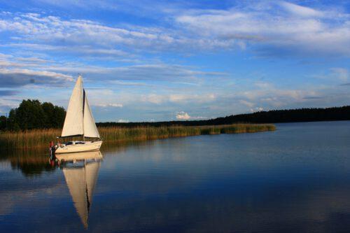 Mazury: jacht na jeziorze
